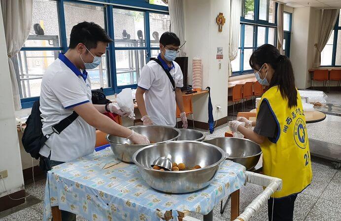 既是廚房助手也是愛心鑼大使,互盛志工貢獻付出成為照亮他人的星星