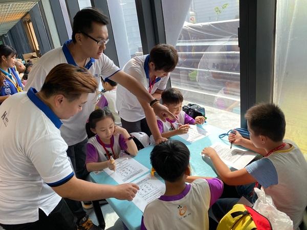 這次的公益活動仿佛是一次小型校外教學,讓偏鄉孩子也能跟上科技潮流